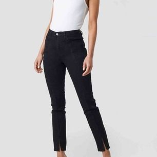 Helt oanvända, super snygga NA-KD svarta byxor med slits