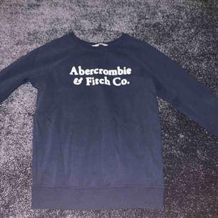 Mörkblå  sweatshirt från Abercrombie & Fitch i fint skick. Använd fåtal gånger och superfin