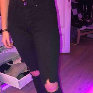 Jeans från gina tricot i modellen Alex, gjort hålen själv på knäna, storlek M och köparen står för frakten :)