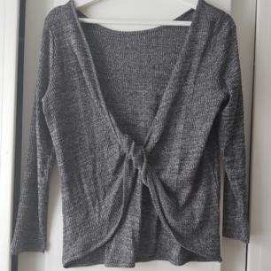 Jätte fin, grå tröja som är