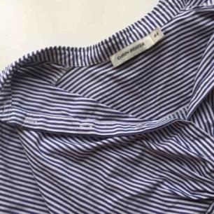 Blå/randig skjorta i kortare modell, med knyte där fram 🌟 Från Carin Wester 🙌