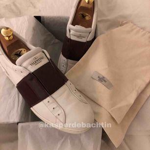 Ett par superfina Valentino skor i stl 43 men dem sitter som 42,5. Det Är deras slip on modell. Köparen står för frakt 💯 skorna är äkta och var limited edition 🤩 högsta bud vinner!