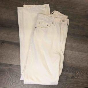 Säljer dessa vita jeans från Weekday i modellen Row!🎸💥 knappt använda pga fel storlek, därför priset😊 Storlek 28/32, frakt tillkommer