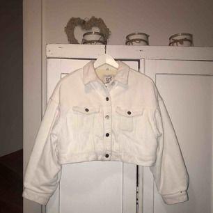 Lite kortare vit manchester jacka, inte alls använd mycket, i väldigt fint skick, frakt tillkommer