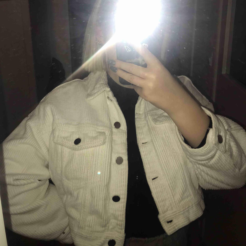 Lite kortare vit manchester jacka, inte alls använd mycket, i väldigt fint skick, frakt tillkommer . Jackor.