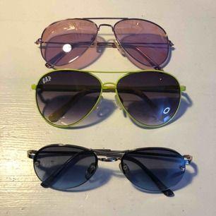 Tre par cool solglasögon i tre coola färger! Jag tar 50kr styck så det är ett mycket bra pris och alla är inprincip oanvända!