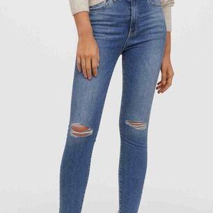 Supersköna jeans från H&M. Mindre i storleken.