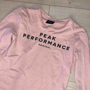 Säljer åt syrran. Tröja ifrån Peak Performance med tryck på bröstet. Storlek 150 men passar även XS, köparen står för frakten