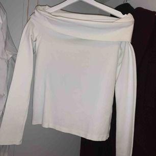 Super fin off-shoulder tröja från other stories, oanvänd. Fler bilder kan skickas