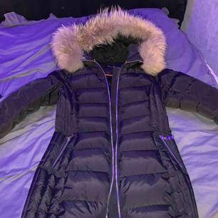 Säljes min hollies jacka med äkta päls  inköpt från Jackie för 3999kr tribeca modell, jättefint skick och har inga slitningar eller defekter