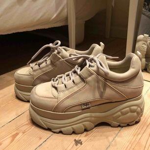 Beiga Buffalo skor i nyskick, använda max 2 gånger.