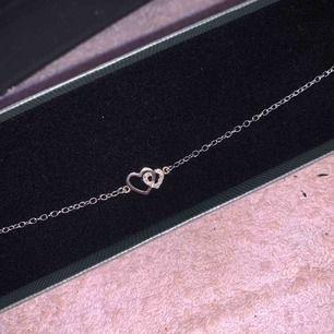 Snyggt, silvrigt armband från guldfynd
