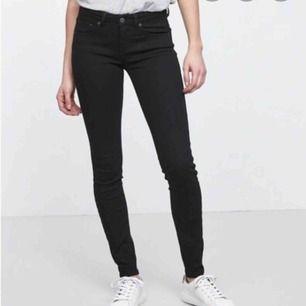 Helt vanliga svarta jeans, de är inte så lågmidjat som de ser ut. Endast använda en gång, säljer pga har andra svarta jeans. Kan mötas upp i stockholm eller frakta.