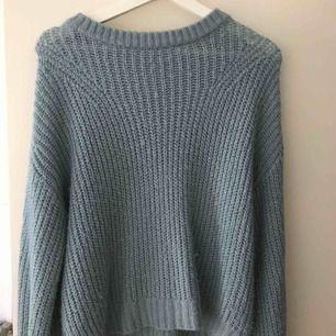 Jättefin ljusblå/grön stickad tröja. Säljer pga ingen användning längre. Den är inte så nopprig som den kanske ser ut att göra. Kan mötas upp i stockholm eller frakta.