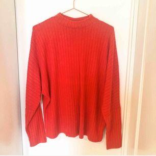 Snygg röd tröja som är extremt mjuk från Cubus. Storlek XL men skulle kunna passa en M och L också. Köpt för 299 kr.