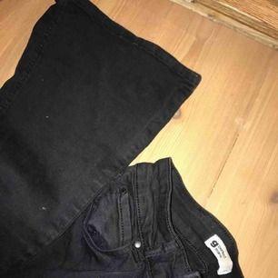 Jättefina svarta bootcut jeans från Gina Tricot i storlek s. Säljer pga de inte Kommer inte till användning längre