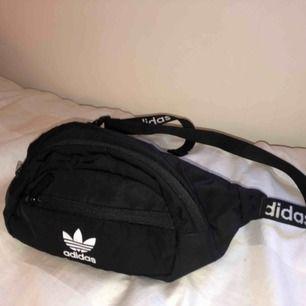 Säljer min väska då jag inte använder den. Jätte fin och praktisk. Köpt för 200kr. Bandet går att justera beroende på hur långt ner man vill ha den.