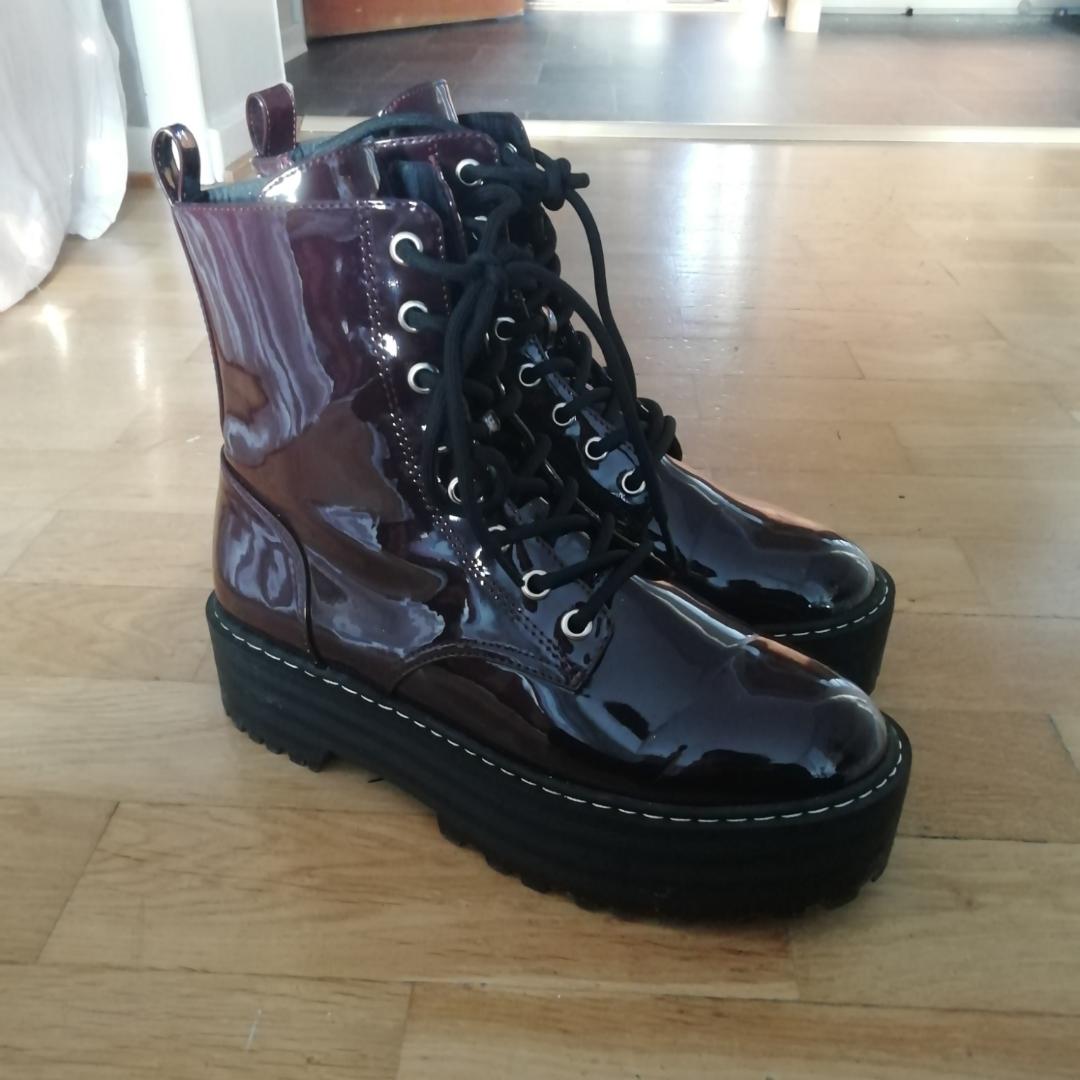 Hejsan! Köpte dessa skor på HM för endast två dagar sedan, och har nu insett att de är några storlekar för små. Storleken är 38, men skulle passa en 37a tror jag. Platån är ca 3-4cm hög. Säljer de för 300kr (org. Pris 350), och köparen betalar frakt om de inte kan mötas upp i Växjö. Bifogar fler bilder i kommentarsfältet. Obs! Finns på andra sidor 😊🦋. Shorts.