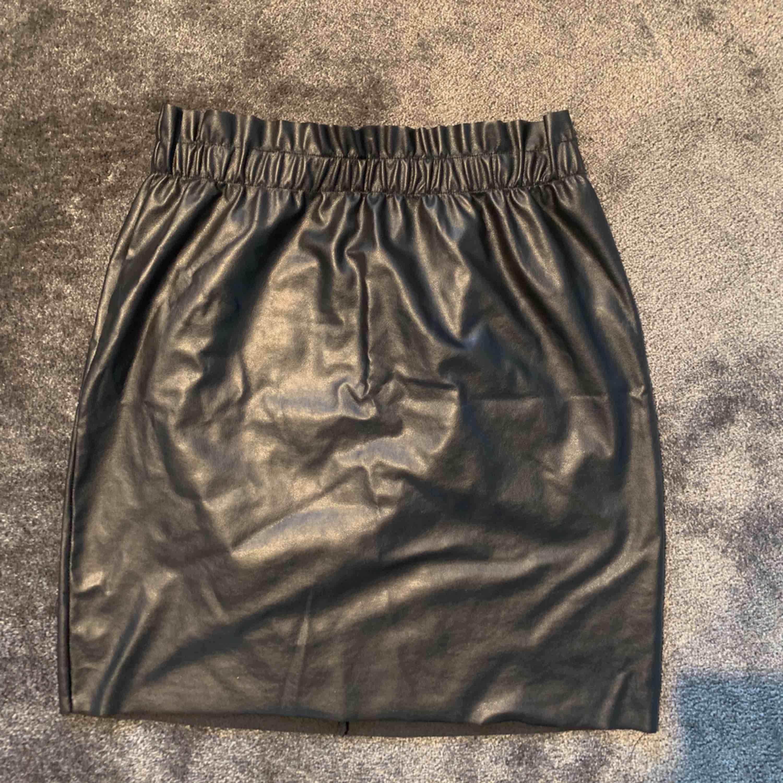 Snygg kjol från Gina Tricot, fint skick! . Kjolar.