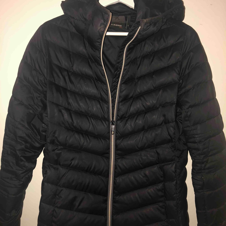 Säljer denna vinter Everest Jacka strl 40 alltså storlek M. Fint skick inga skador!  Priset ingår i frakten. . Jackor.