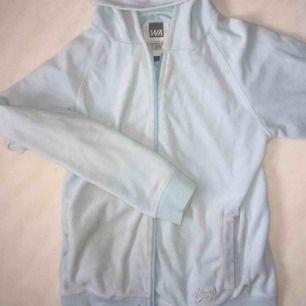 En ljusblå, turkosaktig hoodie från warp. Har några pyttesmå fläckar som syns på bild 2. Frakt tillkommer😊