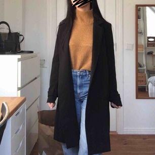 Säljer min svarta kappa från H&M! Passar perfekt till hösten/våren. Köpte den för ca 2 år sen men den är i gott skick då jag bara har använt den en/två gånger. Skickar gärna fler bilder i chatten ifall det efterfrågas. Möter gärna upp i Stockholm!🌟