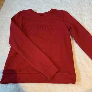 Guess tröja i fin vinröd färg! Använd max 5 gånger så väldigt fint skick.