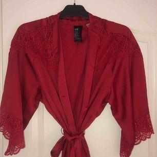 Ny oanvänd kimono i mjukt silke