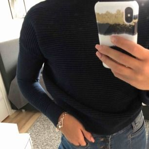 Fin stickad tröja från märket Grunt i strl XL men passar fint på mig som oftast har S. Har en liten polo. 100 kr+ frakt eller mötas upp i Östergötland.