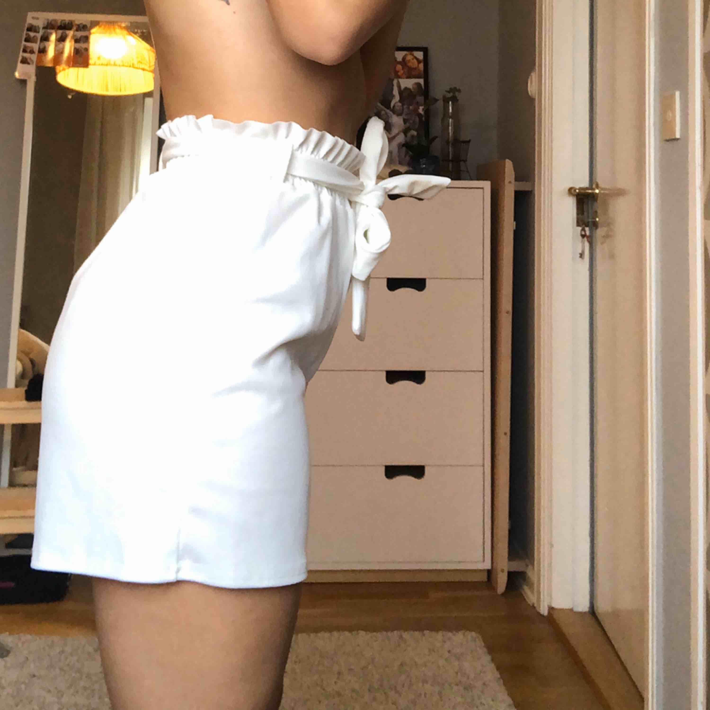 Vita somriga shorts från sisters point, ALDRIG ANVÄNDA. Säljer pga använder ej🥰 kan mötas i Göteborg annars står köparen för frakt 📦💞. Shorts.