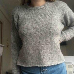 Stickad och trendig tröja som är perfekt för vintern. I bra skick!