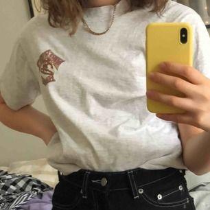 T-shirt med tryck på ryggen från beyond retro, supercool men använder knappt längre. Kan mötas upp i uppsala eller stockholm men annars står köparen för frakt💕