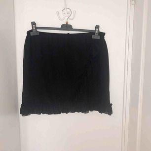Söt kjol från Monki med volanger. Storlek L men kan passa en XL också. Oanvänd, endast testad.