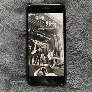 Tänkte kolla om någon är intresserad av att köpa min iPhone 7 Plus! 💘 Den köptes i juni förra året, kvitto finns. Repor på baksidan & en smal spricka på framsidan, sista bilden. Oanvänd originalladdare och kartong medföljer. Priset går att diskutera!