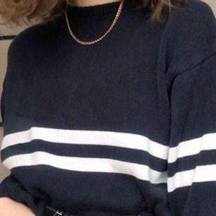 Stickad tröja från Brandy Melville. Köpt i USA förra året, men den kommer tyvärr inte till användning längre. Kan mötas upp i uppsala eller stockholm men annars står köparen för frakt💕