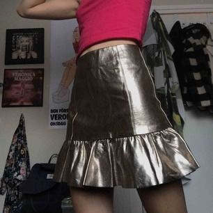 Metallic kjol! (Jag har nålat så att den passar på bilderna)Säljer då den är för stor! Har använt en gång (sista bilden) men köpt 2hand! Supersnygg o unik! 68cm i midjan :)