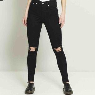 Svarta slitna jeans från lager157. Använda endast 3 gånger. väldigt stretchiga så de passar även de med storlek s.  80kr+(eventuell) frakt. Kan mötas upp i Linköping.