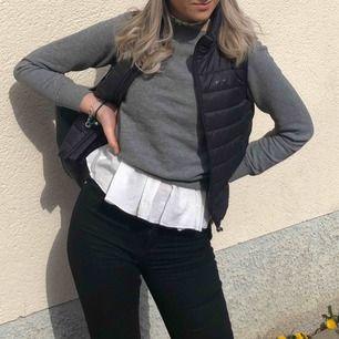Helt vanlig grå sweatshirt från Gina (det är ett separat linne under)  Helt i nyskick Nypriset var runt 200kr   Kan mötas i Linköping men även frakta mot att köparen står för fraktkostnaden