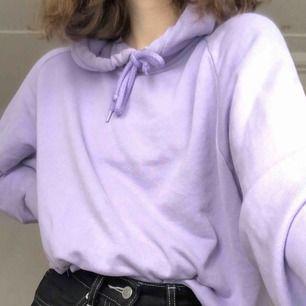 Lila hoodie från H&M, köpt förra hösten men har tyvärr tröttnat på den. Kan mötas upp i uppsala eller stockholm men annars står köparen för frakt💜