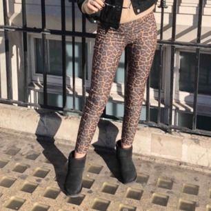 Leopardmönstrade byxor från hm  Endast använda på bild, dvs att dom är i helt nyskick  Nypris vad 199kr   Kan mötas i Linköping men även frakta