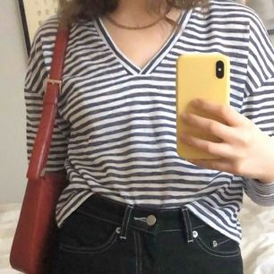 tröja från Na-kd, köpt i sommras men använder den aldrig. Kan mötas upp i uppsala eller stockholm men annars står köparen för frakt.<3