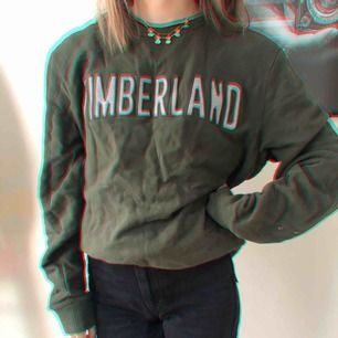 Jättecool timberland tröja!! Den är ganska stor, men passar för mig som är 159 lång. Det är bara att vika upp den om man vill🥰🥰köparen står för frakten