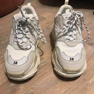 Balenciaga sneakers. Använda en gång. Som nya! Dessa är fake men fortfarande väldigt snygga!