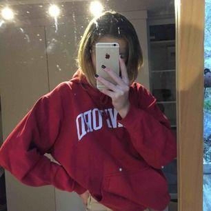 Säljer denna jättesnygga hoodie som är köpt i Stanford. Storlek M men passar mig som har xs/s lite oversized. (det ser ut som fläckar på hoodien på någon bild men det är bara spegeln) :))