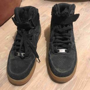 Skor i svart mockaimitation fr Nike strl 38. I bra skick. Priset kan diskuteras🧡