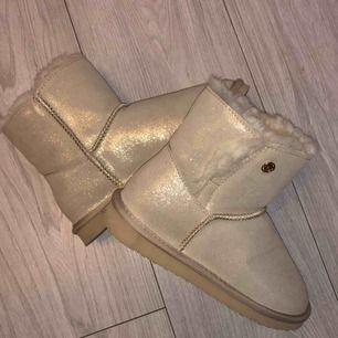 """Ett par """"cream"""" färgade skor i äkta ull, liknar Uggs. Rätt små i storleken så kan även passa 34. Aldrig använda så i nyskick!   Passa utmärkt i detta väder! :))"""