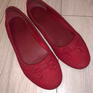 """Ett par röd balerina skor. Mycket fin röd färg och tyg👍🏼 säljer för att jag inte använder de längre. Köpta på """"din sko"""" tror jag, därutav det """"okända märket"""" :))"""