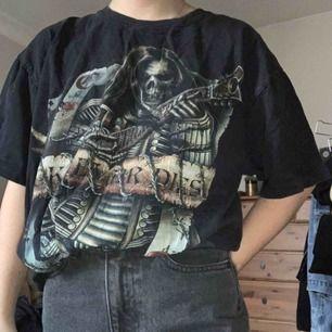 Gammal rock t-shirt. Tryck fram och bak. Jätte snygg vintage look. Frakt är 52kr 🥰 *passar killar och tjejer*