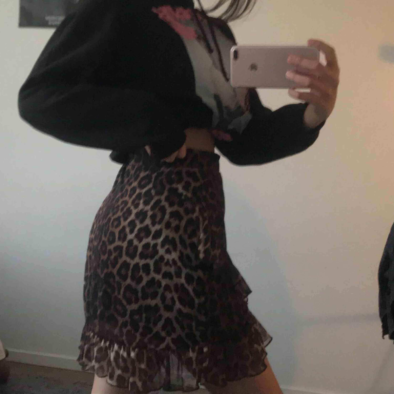 leopardmönstrad kjol från NLY . Kjolar.