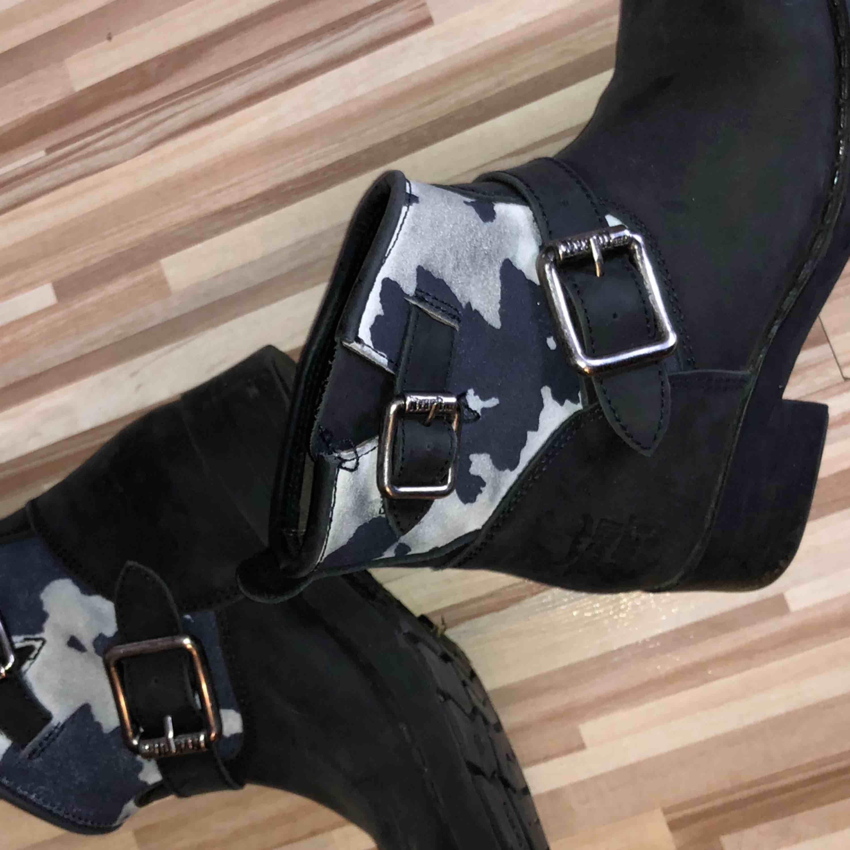 Högsta budet vinner😊 (börjar på 100) Säljer mina favoriter i läder från Urban Project. Väldigt sparsamt använda, som det syns på sulan. Har bara sett ett par av dem och det är de jag köpte på Scorett. Väldigt unika!!!    . Skor.